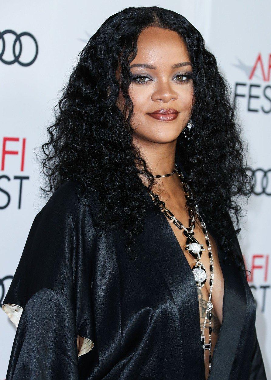 Rihanna nedávno oznámila velký návrat tmavých nude rtů ohraničených výraznější konturkou.