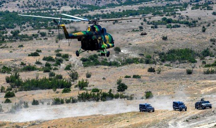 Vrtulník Mil Mi-17 makedonské armády během vojenského cvičení v roce 2019
