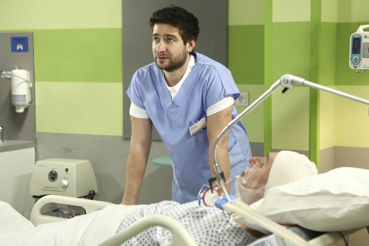Když byl sám zraněný po bouračce na motorce, doplazil se do nemocnice.