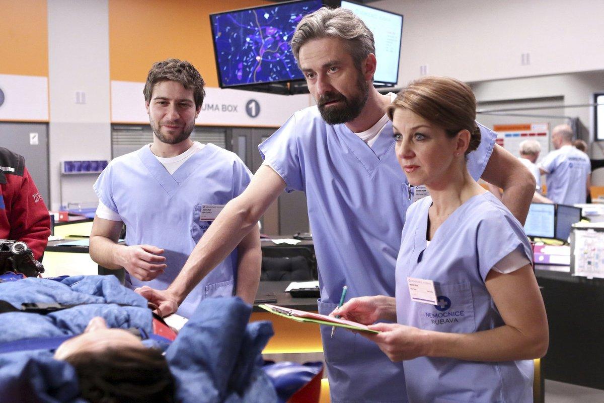 K dalším hvězdám seriálu patří i Roman Zach a Sabina Laurinová.