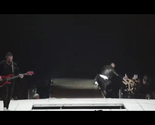 Marek Ztracený spadl na koncertě po hlavě z pódia.
