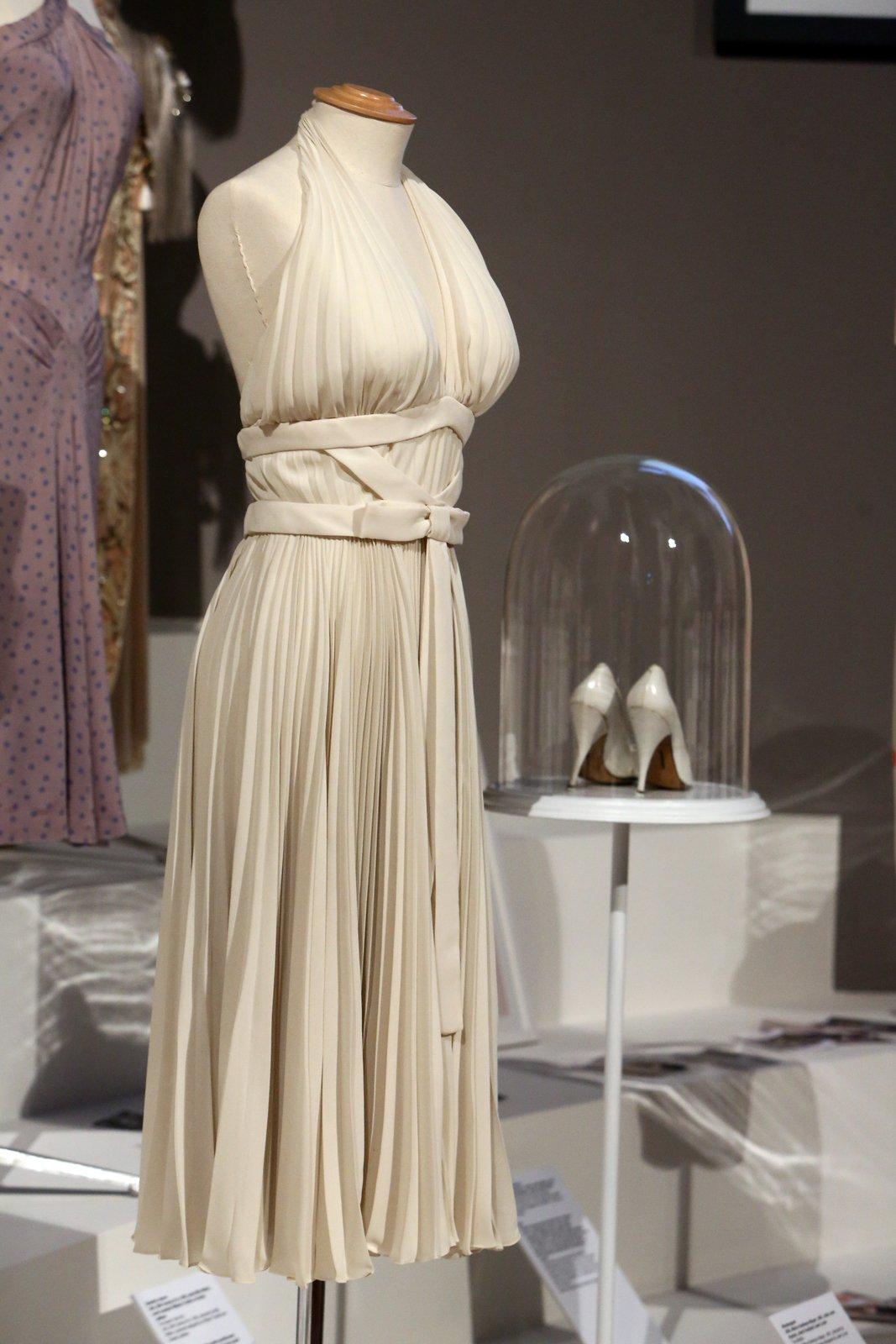 Díky legendárná póze nad pouličním větrákem se tyto bílé šaty staly nejznámějším modelem z dějin kinematografie. Scéna je z filmu Slaměný vdovec z roku 1955.