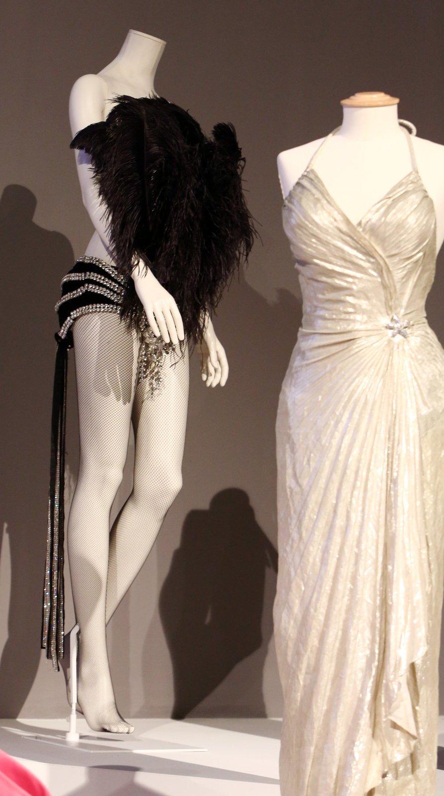 Lechtivý obleček pro film Páni, mají radši blondýnky se vyráběl několik měsíčku a už v roce 1953 stál 4000 dolarů, tedy 80 000 korun!!! Nakonec se ve filmu ale vůbec neobjevil!