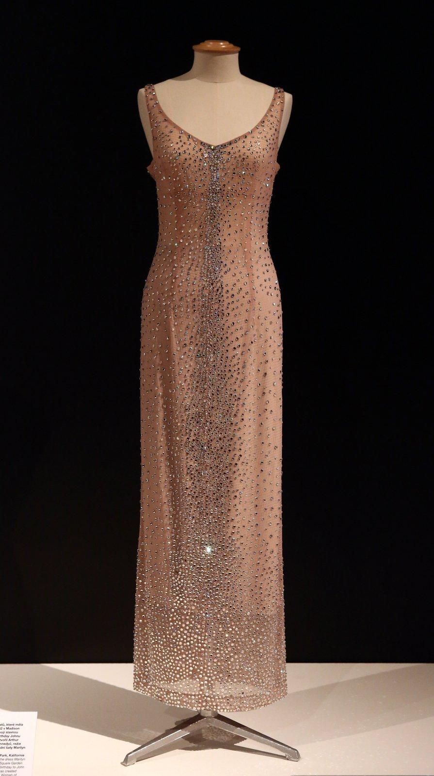 Replika šatů, ve kterých zpívala Happy Birthday americkému prezidentku JF Kennedymu. Originál za 12 000 tisíc dolarů (240 000 korun) byl prý tak těsný, že šaty museli došít přímo na ní.