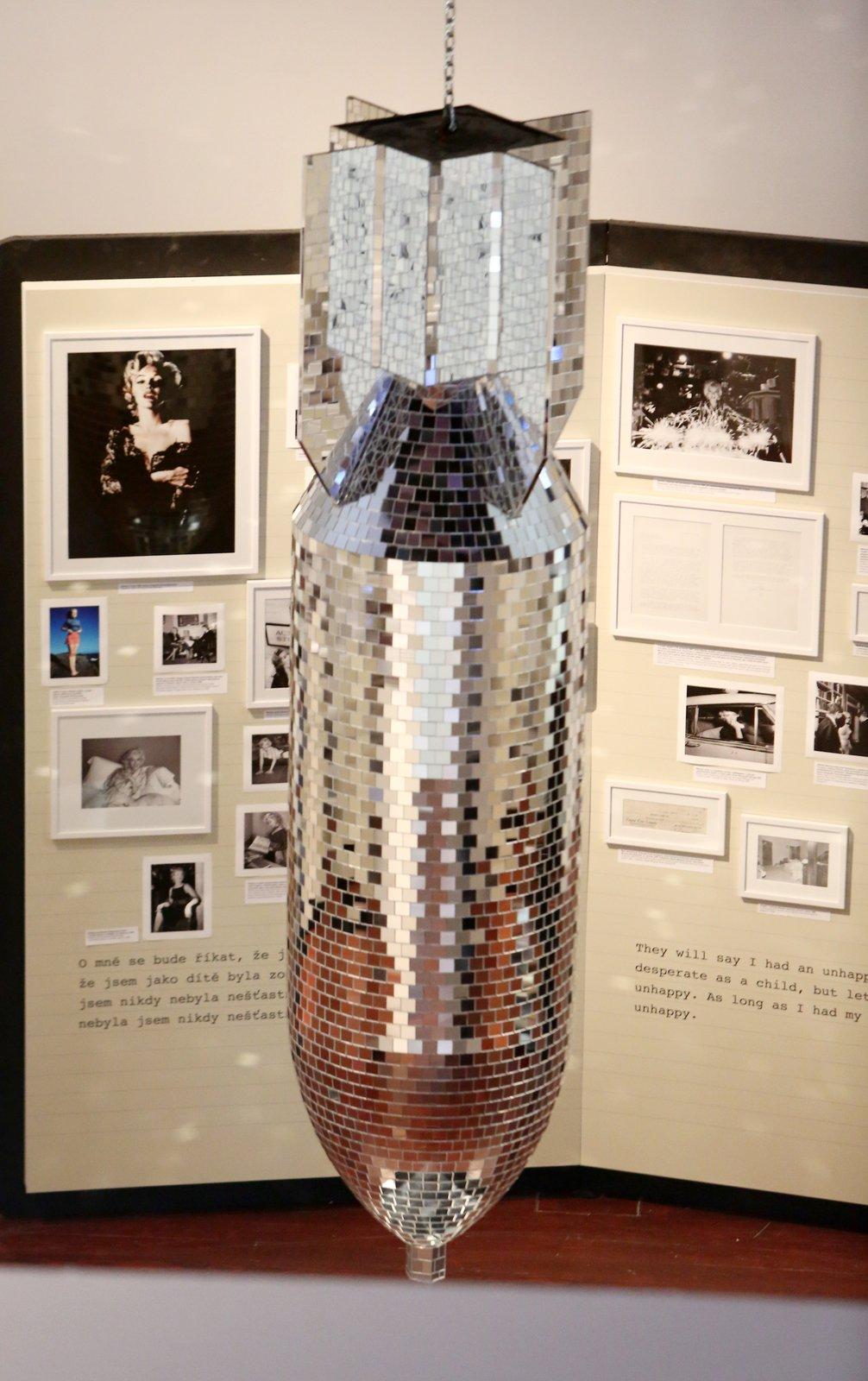 Socha Little Boy od Paola Canevariho je pojmenovaná podle bomb, které byly svrženy na Hirošimu. Připomíná vystoupení Marilyn před americkými vojáky v Koreji.
