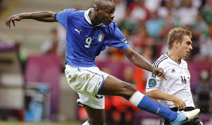 Mario Balotelli střílí gól
