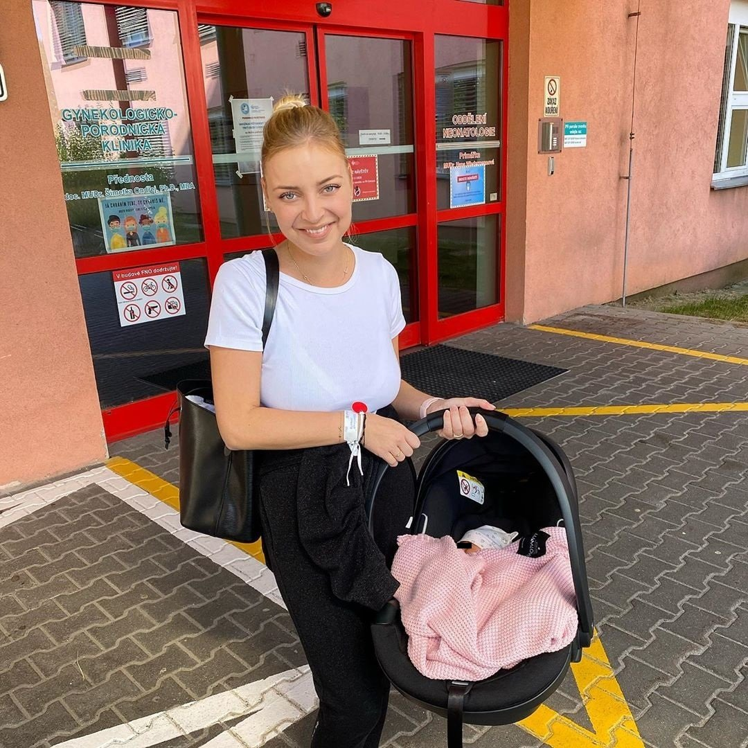 Markéta Konvičková na cestě z porodnice