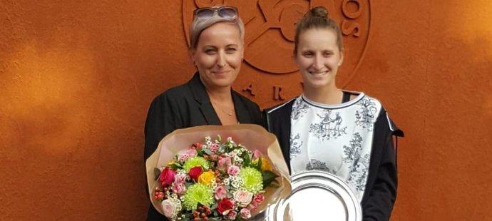 Markéta Vondroušová s maminkou Jindřiškou po úspěchu na French Open