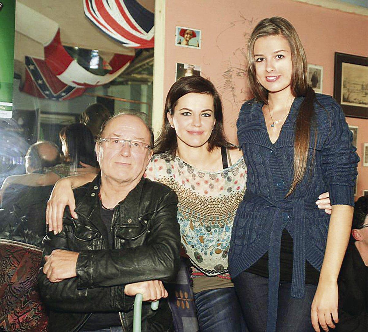 Marta s tátou Jandou a nevlastní sestrou Eliškou.