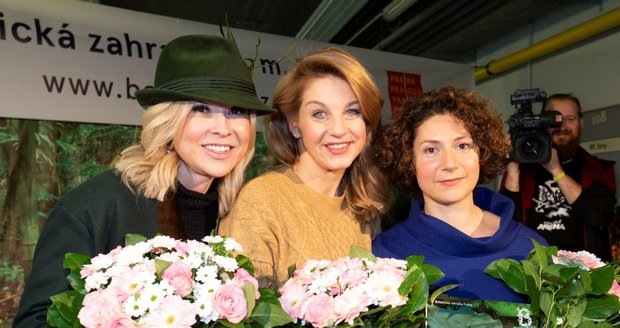 Kateřina Kaira Hrachovcová, Sabina Laurinová a Martha Issová v Botanické zahradě