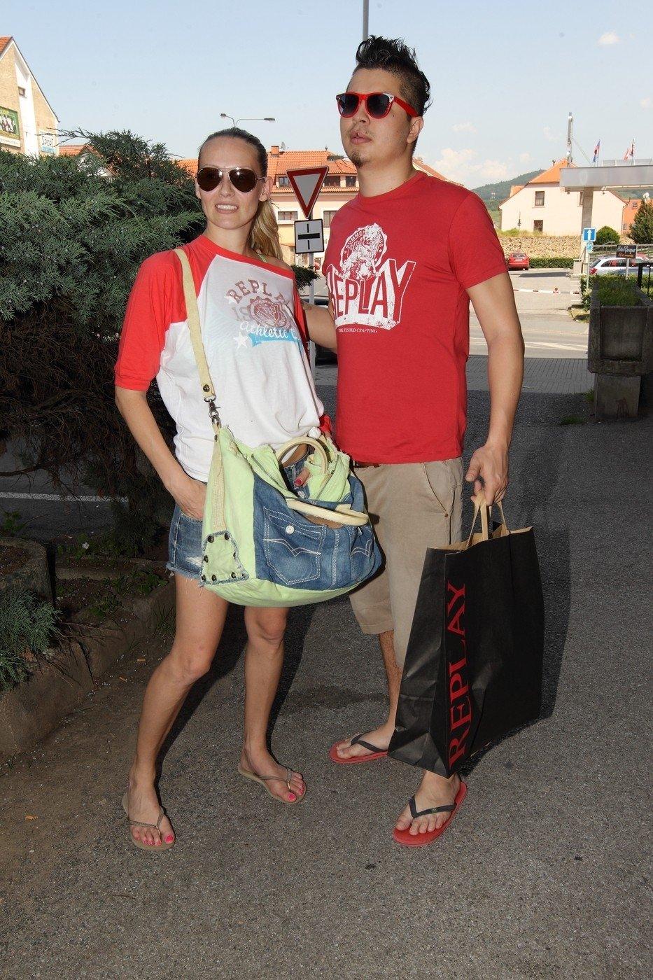 Martina Gavriely nakupovala v outletu Replay. Asistovat ji samozřejmě musel její zajíček Marcus Tran.