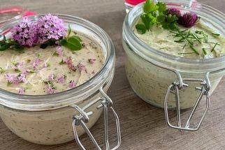Bylinkové máslo se hodí k masu i na chleba. Víte, které léčivky k sobě ladí?