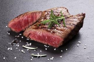 Jak upéct maso, aby bylo měkké a mělo křupavou kůžičku? Osvědčené triky babiček
