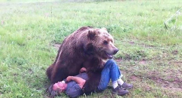Ošetřovatel se mazlí s grizzlym jako s plyšákem
