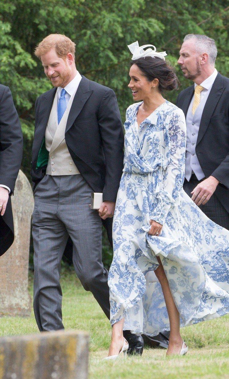Meghan s princem Harrym na svatbě jeho sestřenky Celie.