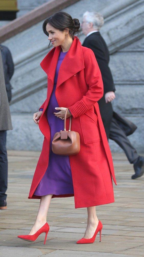 Vévodkyně Meghan zkombinovala červený kabát Sentaler a fialové šaty Babaton Maxwell