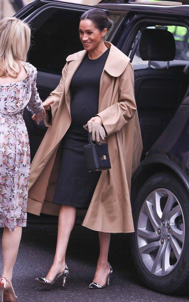 Vévodkyně Meghan v kabátě Oscar de la Renta a v šatech Hatch
