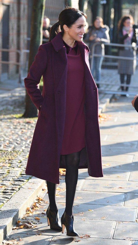 Vévodkyně Meghan v šatech a kabátě značky Club Monaco