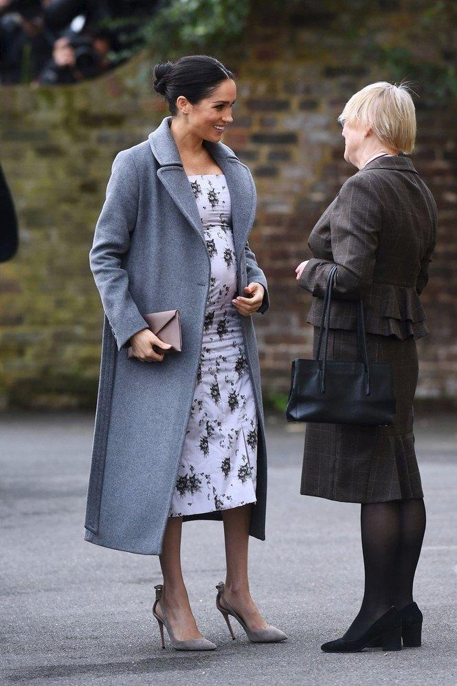 Vévodkyně Meghan v kabátě Soia and Kyo a v šatech Brock