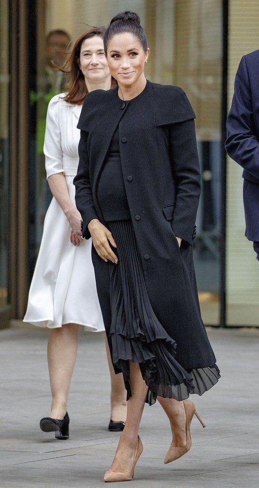 Meghan v šatech a saku Givenchy