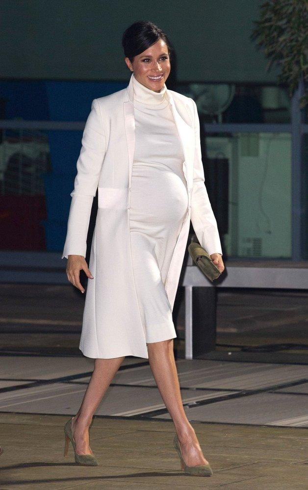 Meghan Markle v šatech Calvin Klein, které doplnila kabátkem značky Crombie