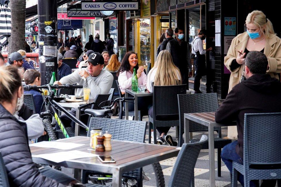 V australském Melbourne si lidé užívají konec koronavirových opatření (23.10.2021)