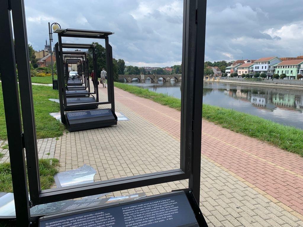 Tak dopadla putovní výstava Voda a civilizace na nábřeží Otavy po útoku dvou vandalů.