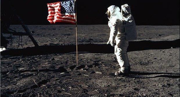 Záhadné fotografie: Přistáli Američané vůbec na Měsíci?