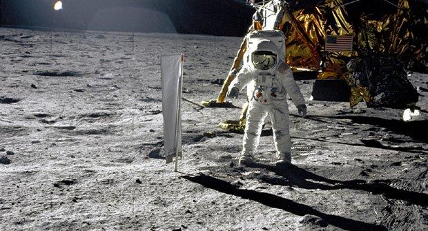 Záhadné fotografie 2: Viděl Armstrong na Měsíci mimozemšťany?