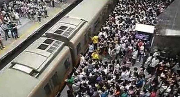 Peking ve špičce: Do metra s ksichtem na okně