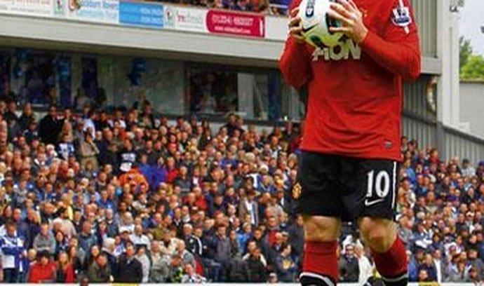 Míč, se kterým se hraje anglická Premiere League, dostal pusu od Wayna Rooneyho z Manchesteru United. Za to, že se choval, jak měl