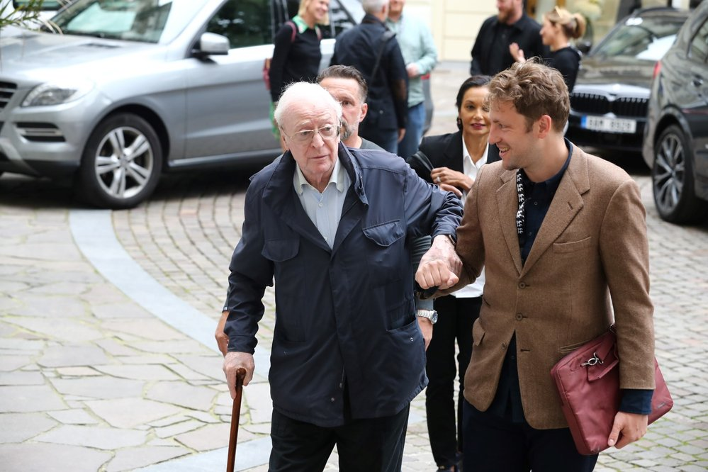 Michael Caine přiletěl do Karlových Varů.