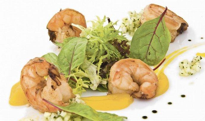 míchané listy salátů s grilovanými krevetami