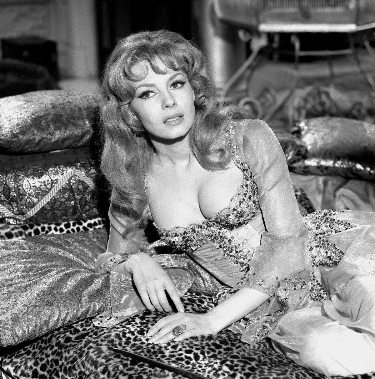Krásná Michèle Mercier přilákala svým zjevem i častým odhalováním k televizním obrazovkám i mužské diváky