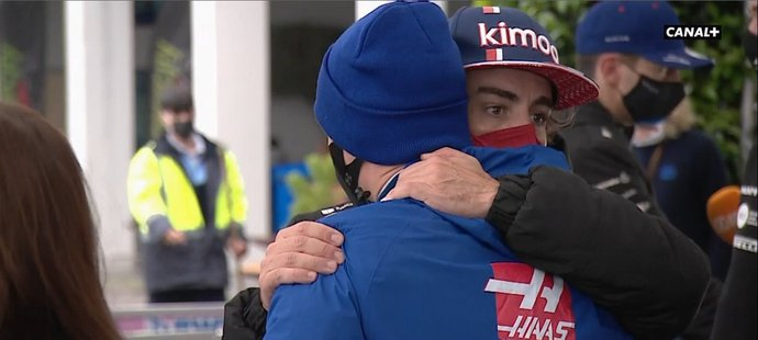 Alonso se Mickovi přišel omluvit.