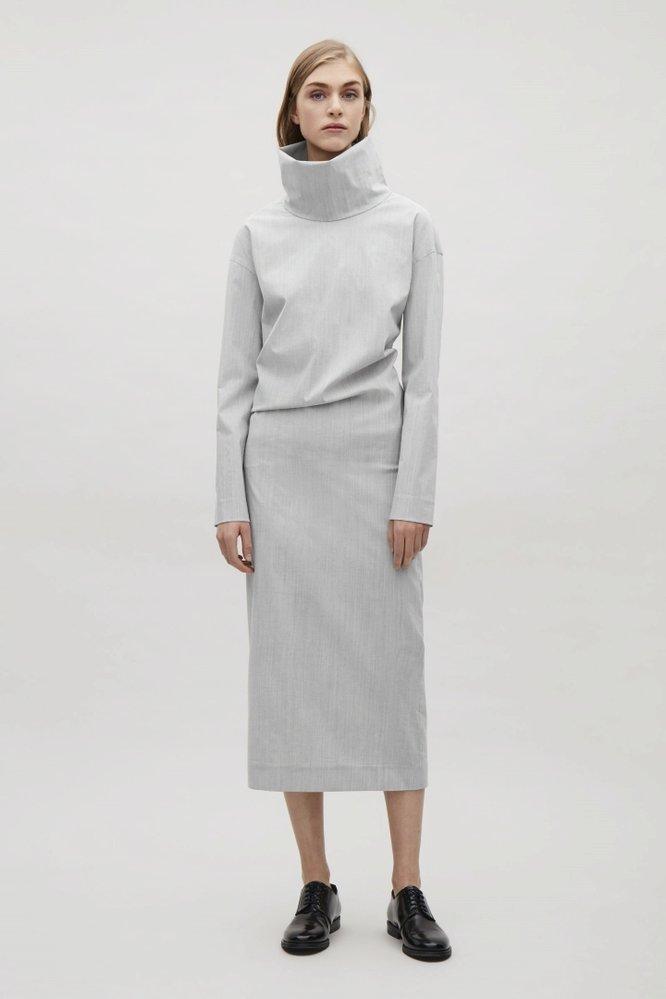 Šaty s rolákem, COS, 125 eur, www.cosctores.com