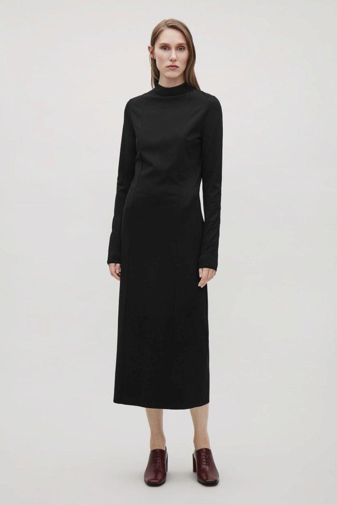 Černé pouzdrové šaty, COS, 79 eur, www.cosstores.com