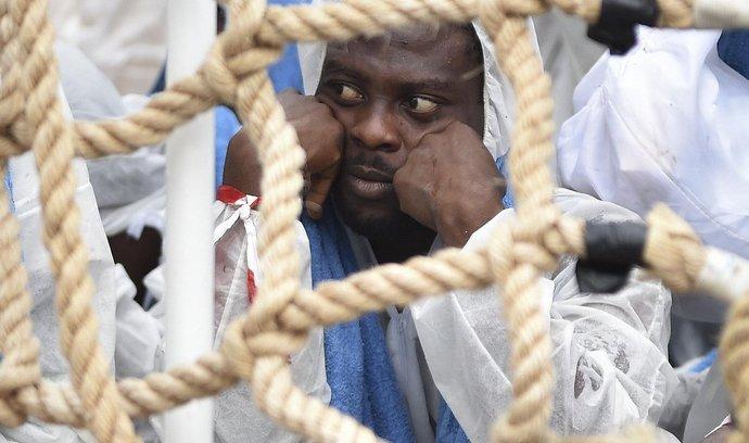Migrant po vylodění v Itálii