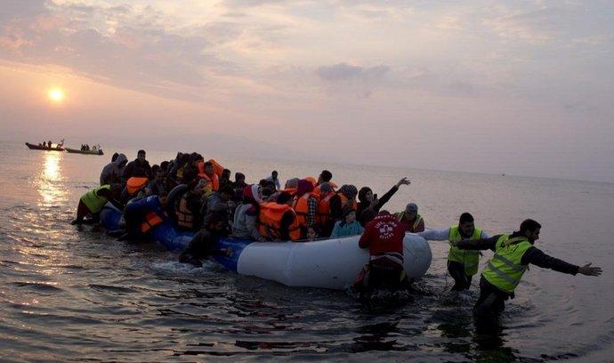 Migranti připlouvají k řeckému ostrovu Lesbos