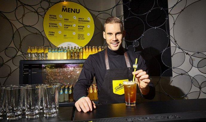 Barman Milan Zaleš v Schweppes The Baru