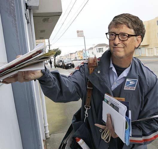 Spoluzakladatel společnosti Microsoft Bill Gates jako pošťák; má jmění v hodnotě 84.5 miliard $ a podle časopisu Forbes je v roce 2014 nejbohatším člověkem na světě