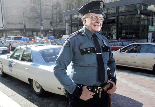 Investor, obchodník a filantrop Warren Buffet jako policista; má jmění v hodnotě 66.9 miliard $, časopis Forbes ho označil za nejbohatšího člověka na světě v roce 2008