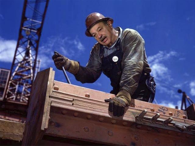 Carlos Slim Helu, mexický podnikatel ovládající telekomunikační firmy Temlex, Telcel a América Móvil jako stavební dělník; má jmění v hodnotě 80.6 miliard $