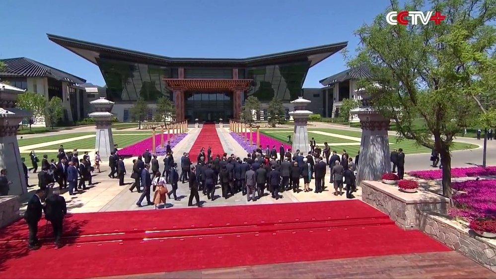 Čínské čekání na Zemana: Focení skončilo, státníci mizí v dáli. Zemanovi pomáhají do schodů