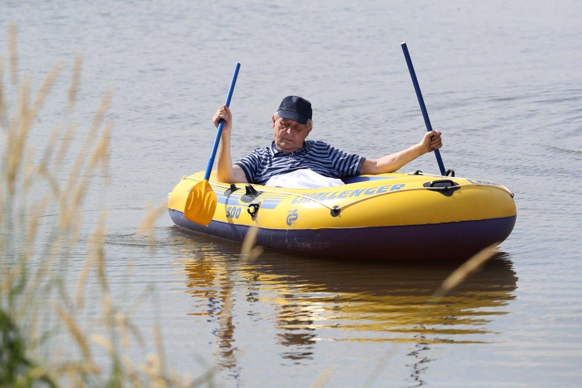 Prezident Miloš Zeman dodržel tradici a v doprovodu ochranky vyrazil na člun.