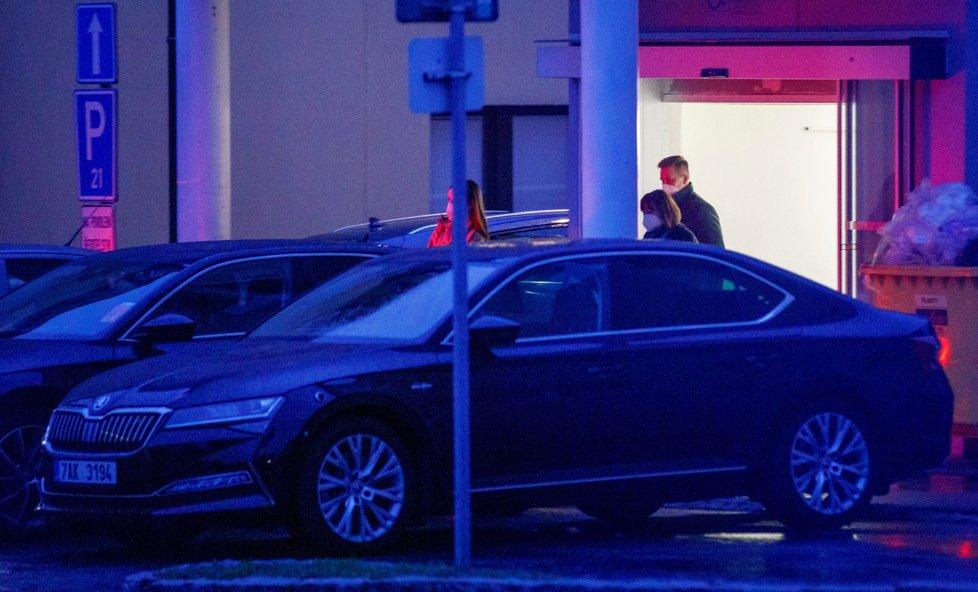 Prezidenta Miloše Zemana navštívila v nemocnici manželka Ivana s dcerou Kateřinou. (11.10.2021)
