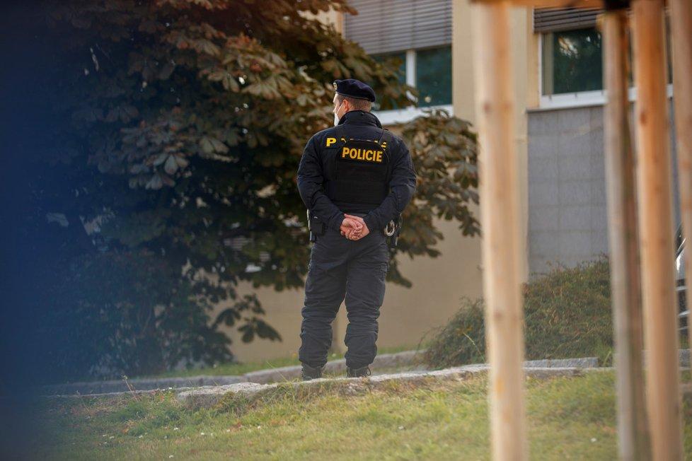 U ÚVN hlídkuje policie.