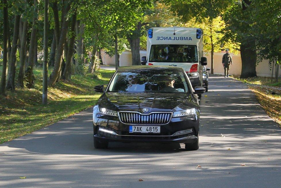Prezidenta Miloše Zemana odvezla sanitka ze zámku Lán krátce po setkání s premiérem (10. 10. 2021)