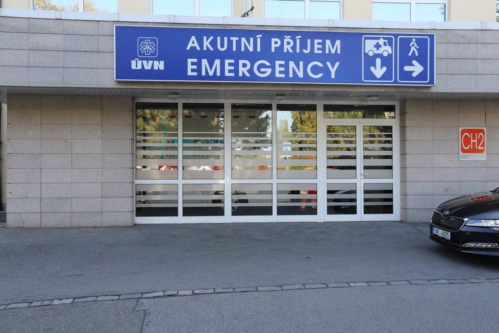 Prezidenta Miloše Zemana přivezla sanitka do Ústřední vojenské nemocnice. (10. 10. 2021)