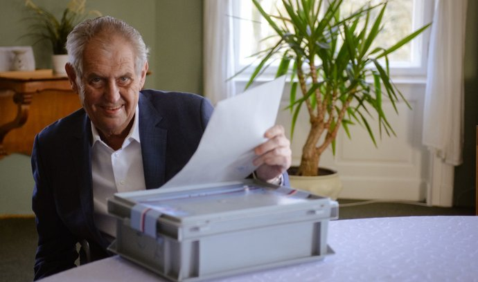 Prezident Miloš Zeman hlasoval na zámku v Lánech. Snímek zveřejnil mluvčí Hradu Jiří Ovčáček